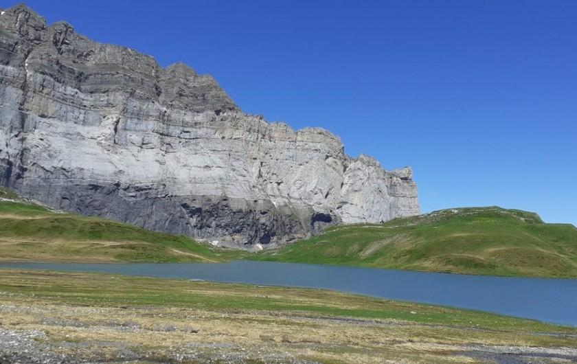 Location de vacances - Chalet à Morillon - Randonnée au lac d' Anterne .