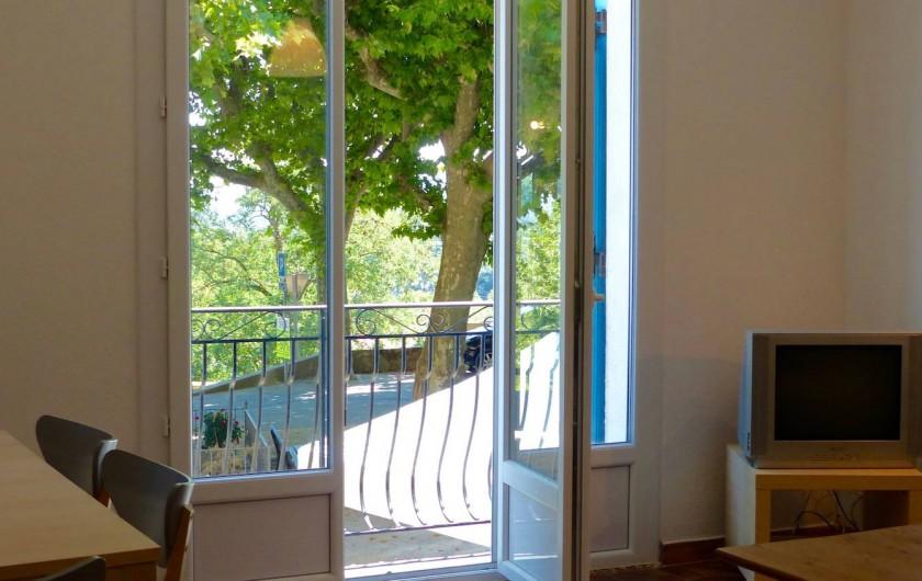 Location de vacances - Maison - Villa à Les Mayons - Vue balcon coté Place