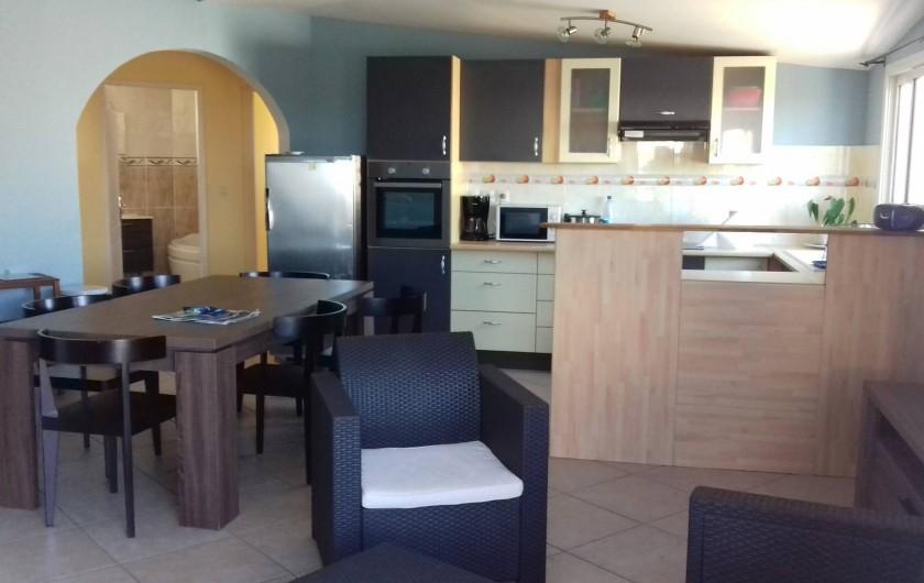 Location de vacances - Appartement à Sainte-Rose - Pièce principale avec salon, salle à manger & cuisine ouverte