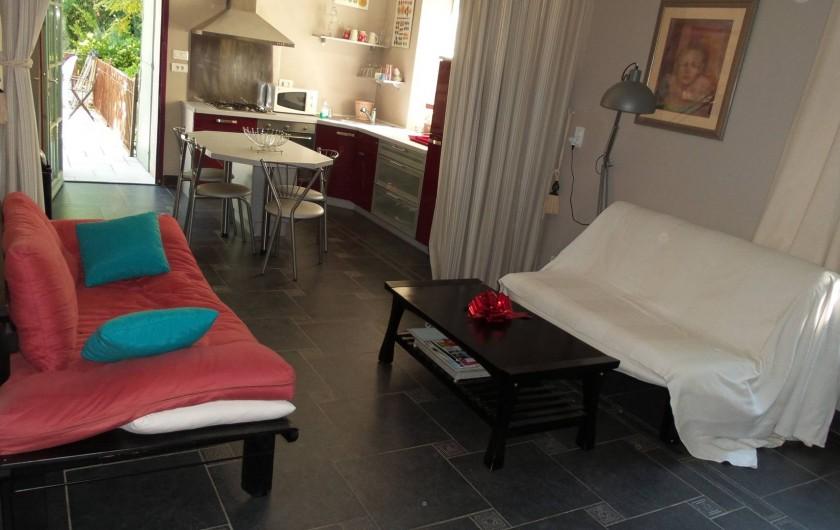 Location de vacances - Appartement à Bollène - Salon / cuisine équipée du gîte rouge - est ( internet inclus)