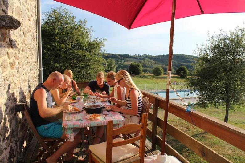 Location de vacances - Gîte à Lacam-d'Ourcet - Repas au balcon