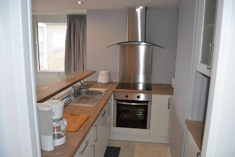 Location de vacances - Appartement à Boulogne-sur-Mer - cuisine avec : lave vaisselle,four , plaque vitro, hotte,rangement,vaisselle,