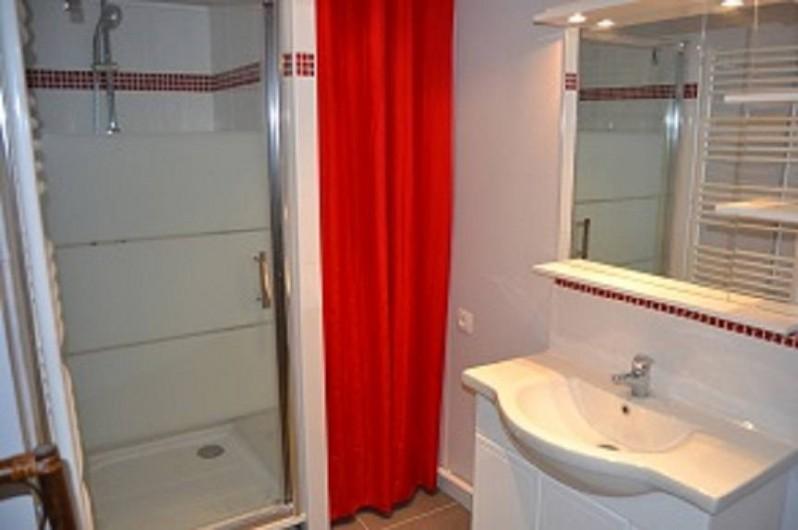 Location de vacances - Appartement à Boulogne-sur-Mer - Salle de bains avec: douche 90x90 miroir et lavabo, desserte, sèche serviette,