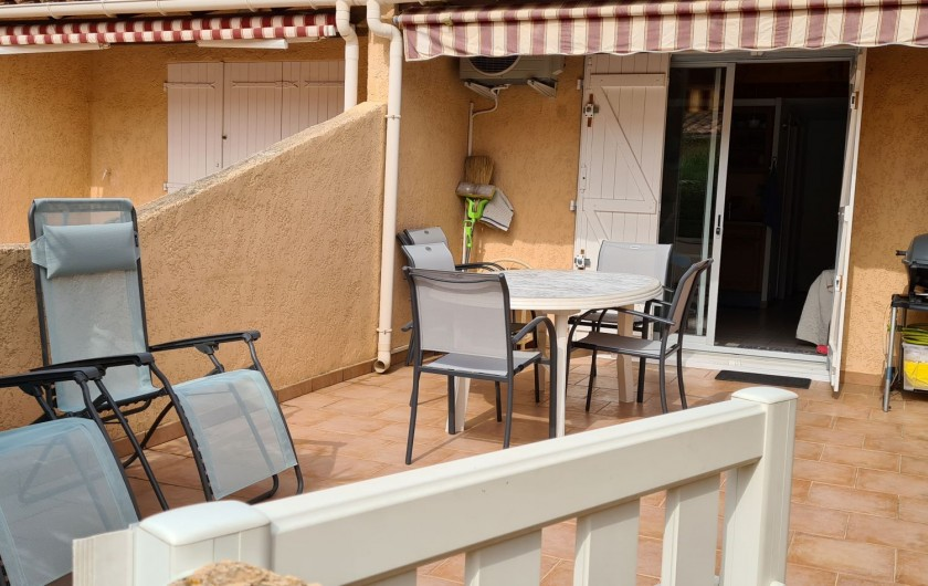 Location de vacances - Villa à Le Lavandou - La grande terrasse avec salon de jardin