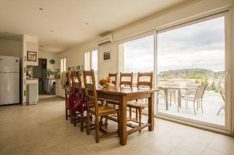 Location de vacances - Maison - Villa à Brue-Auriac - Le coin repas avec vue sur la terrasse et la piscine