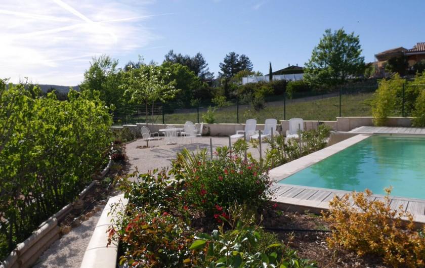 Location de vacances - Maison - Villa à Brue-Auriac - Fleurs, plantes et arbres, bains de soleil et piscine, tout y est...