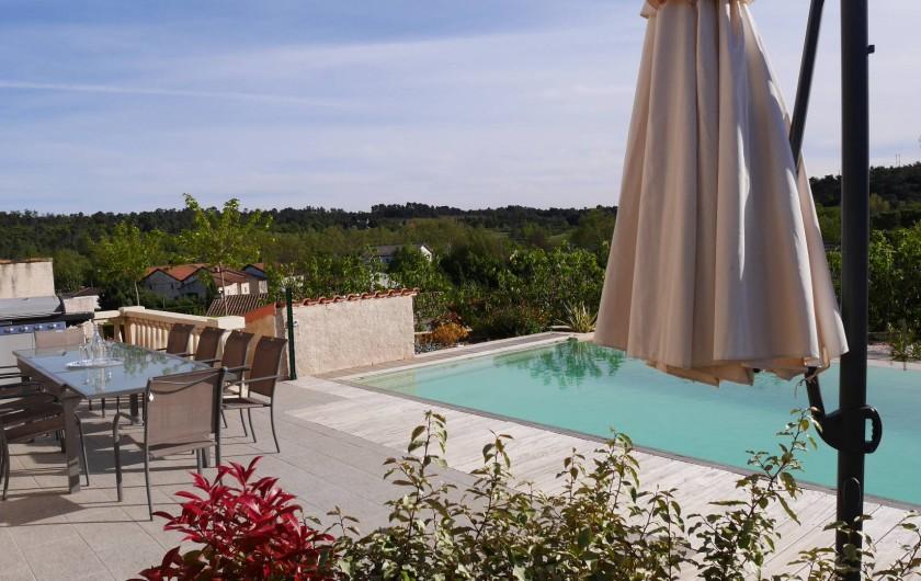 Location de vacances - Maison - Villa à Brue-Auriac - Coin repas devant la piscine....