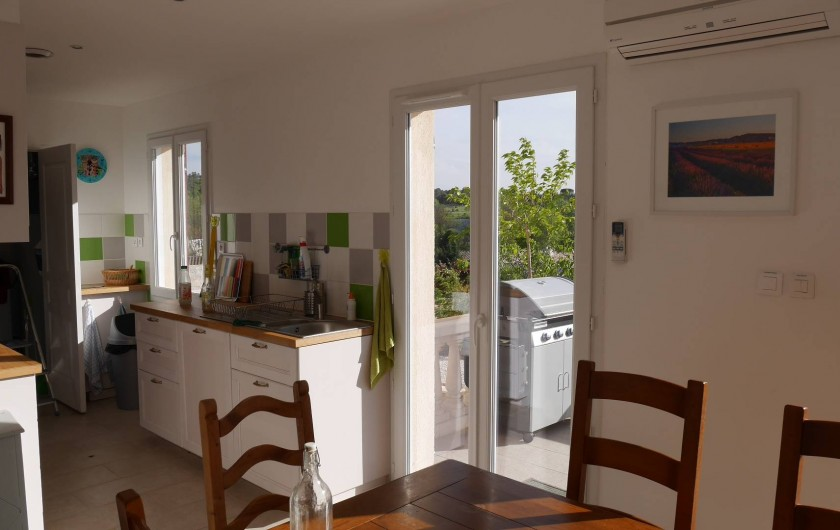 Location de vacances - Maison - Villa à Brue-Auriac - La cuisine avec vue sur terrasse et piscine