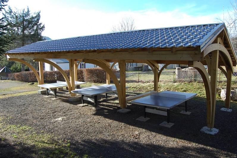 Location de vacances - Camping à La Bourboule - Tables de Ping-Pong couverte