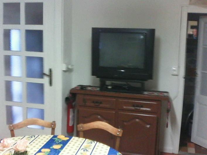 Location de vacances - Maison - Villa à Railleu - CUISINE SEJOUR AVEC TV /TNT FRIGO  LAVE LINGE ASPIRATEUR SECHOIR DANS REDUIT.