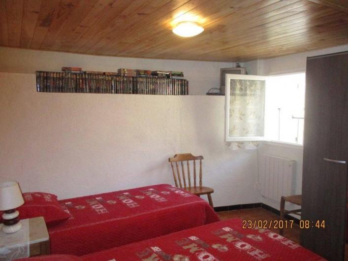 Location de vacances - Maison - Villa à Railleu - CHAMBRE 2 AVEC DEUX LITS DE 90 PLUS TV ET LECTEUR DVD CASSETTES
