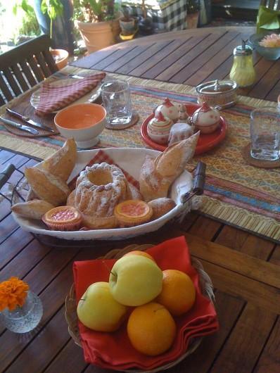 """Location de vacances - Chambre d'hôtes à Marlenheim - Petit déjeuner sous la pergola avec des douceurs faites """" maison """""""