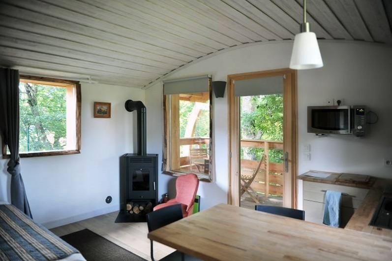 Location de vacances - Insolite à La Châtre - Pièce à vivre avec poêle à bois pour les soirées d'hiver - cabane