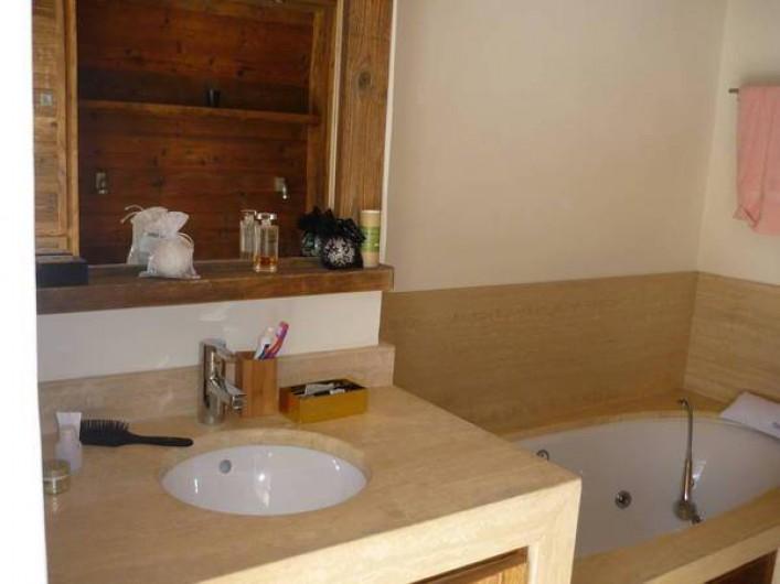 Location de vacances - Appartement à Chamonix-Mont-Blanc - salle de bain balneo dans chambre parental