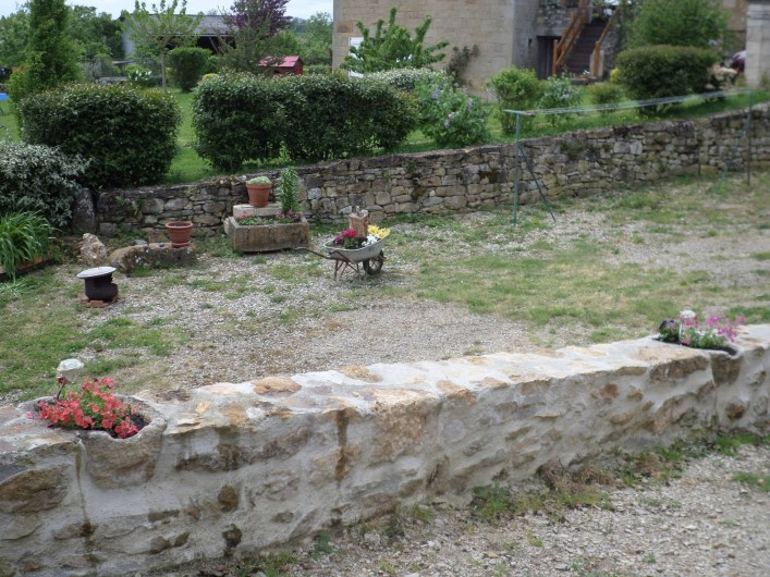 Location de vacances - Maison - Villa à Causse-et-Diège - la haie marque la limite avec le terrain de nos voisins