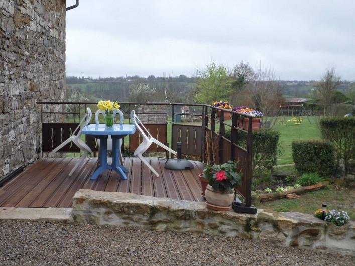 Location de vacances - Maison - Villa à Causse-et-Diège - la terrasse en face de la porte d'entrée