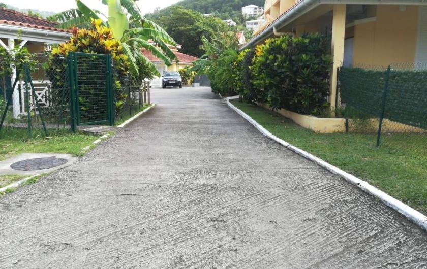 Location de vacances - Appartement à Les Trois-Îlets - Entrée arborée de la résidence