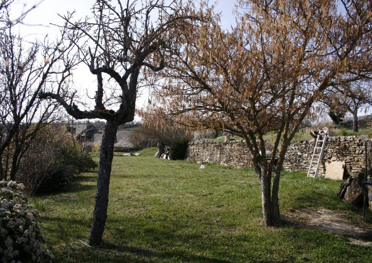 Location de vacances - Gîte à Marvejols - Vue sur le jardin depuis la maison