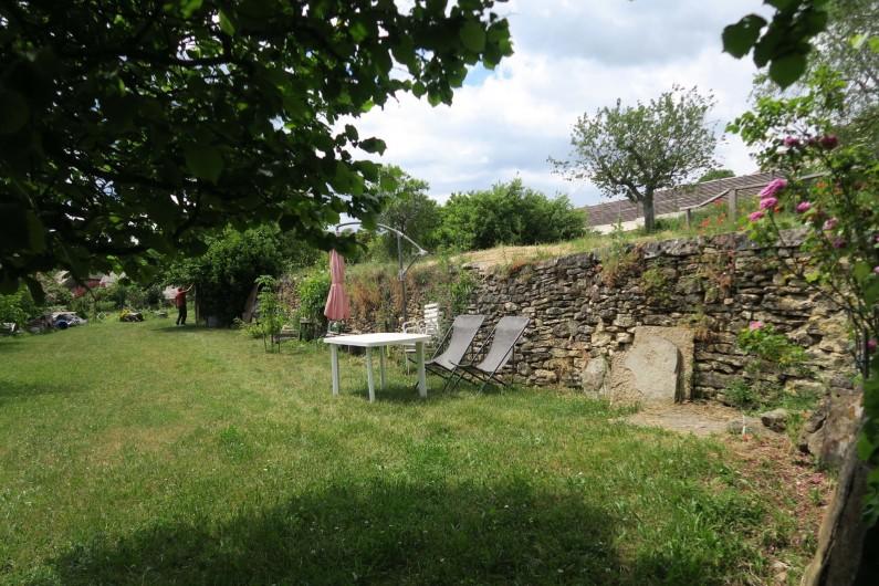 Location de vacances - Gîte à Marvejols - séjour du bas avec vue sur le jardin