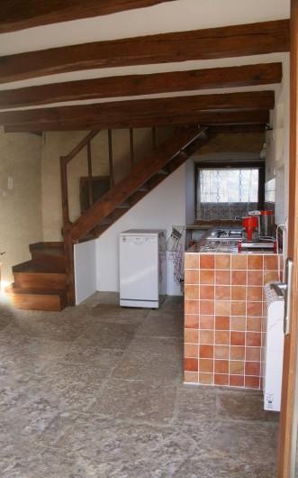 Location de vacances - Gîte à Marvejols - Cuisine et escalier qui va à l'étage