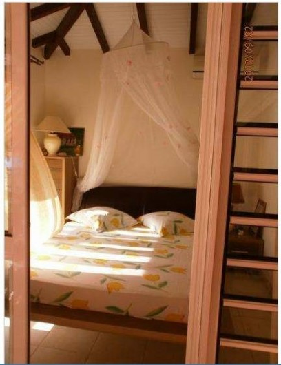 Location de vacances - Villa à Le Marin - suite parentale ouverte en autre sur la terrasse et comprenant lit 160