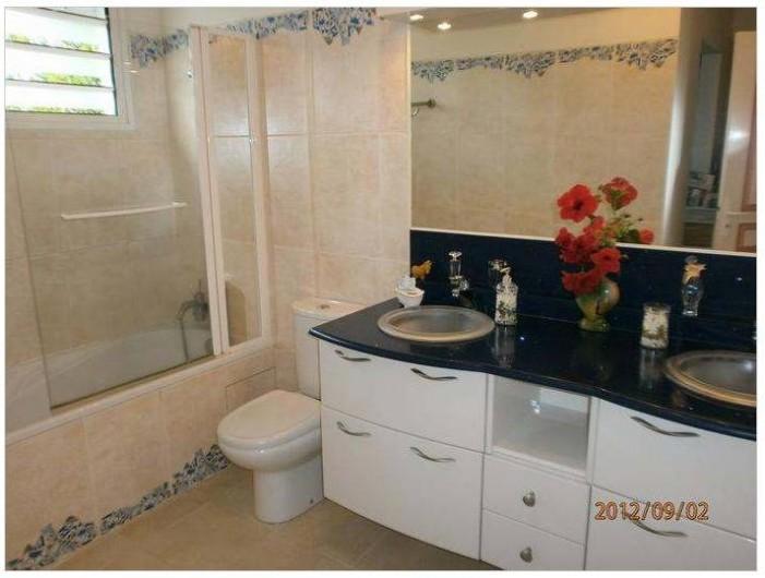 Location de vacances - Villa à Le Marin - salle de bains faisant partie suite parentale chambre lit 160 double dressing