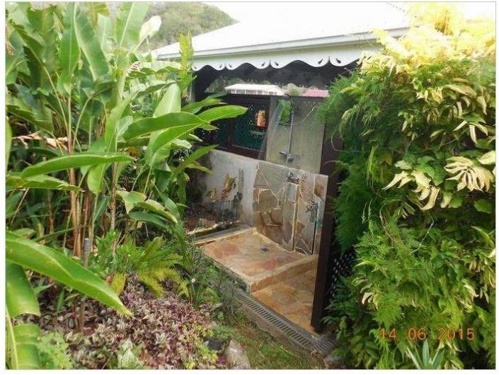 Location de vacances - Villa à Le Marin - espace douche extérieur eau chaude froide intime jouxtant le carbet