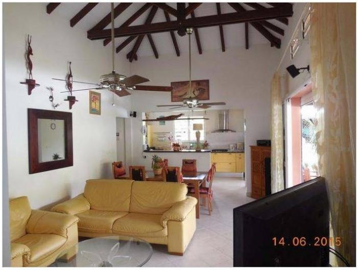 Location de vacances - Villa à Le Marin - salon séjour cuisine américaine en fond