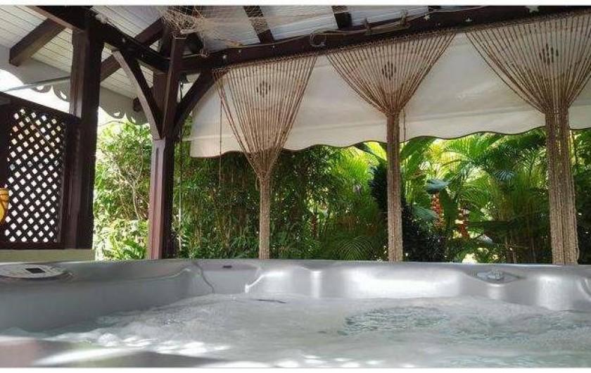 Location de vacances - Villa à Le Marin - vue spa/jacuzzi protégé dans carbet d'ambiance et ouvert sur végétation