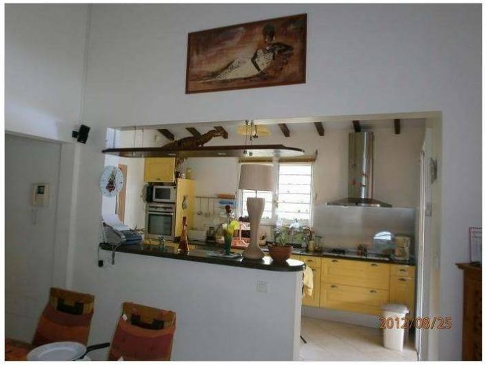 Location de vacances - Villa à Le Marin - cuisine américaine vue depuis salon séjour