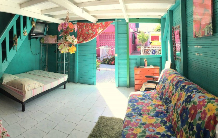 Location de vacances - Bungalow - Mobilhome à Sainte-Anne - Bungalow 2 - Vue du living 2 couchages, clim, Tv, chambre a l'étage