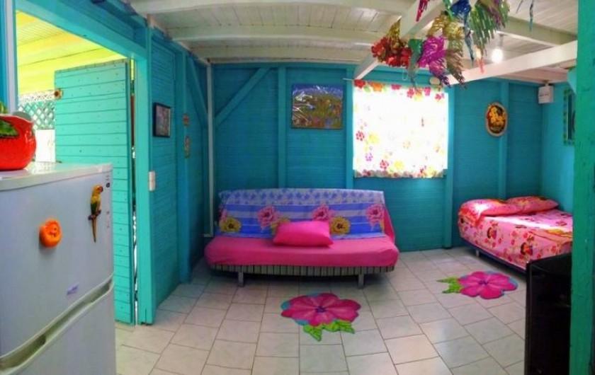 Location de vacances - Bungalow - Mobilhome à Sainte-Anne - Bungalow 1 - Living, 2 couchages pour 4 places, tv, clim, frigo