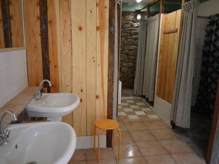 Location de vacances - Gîte à Saint-Rémy-de-Blot - Salle de bain 4 douches
