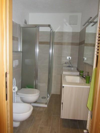 Location de vacances - Studio à Rhêmes-Notre-Dame - la salle de bain avec la douche et lave-linge