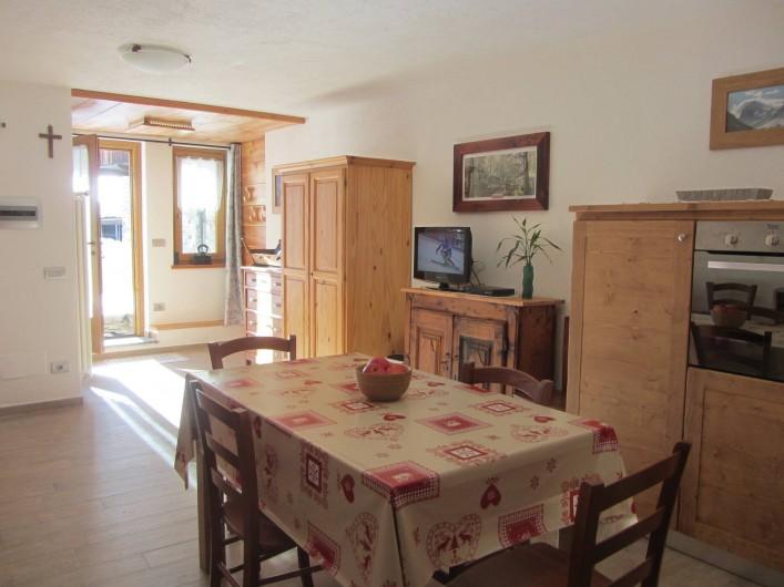 Location de vacances - Studio à Rhêmes-Notre-Dame - la table à manger et la télévision