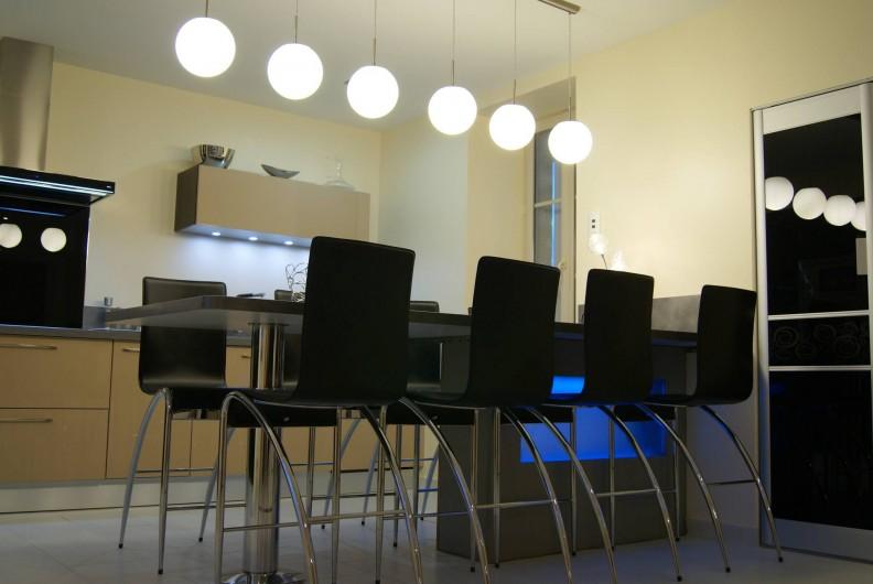Location de vacances - Villa à Cahors - Cuisine Américaine tout équipée, table jusqu'à 8 personnes.