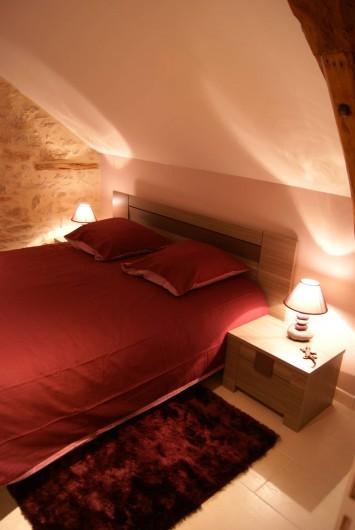 Location de vacances - Villa à Cahors - Chambre avec grand lit en 160, TV, dressing. Possibilité lit bébé.