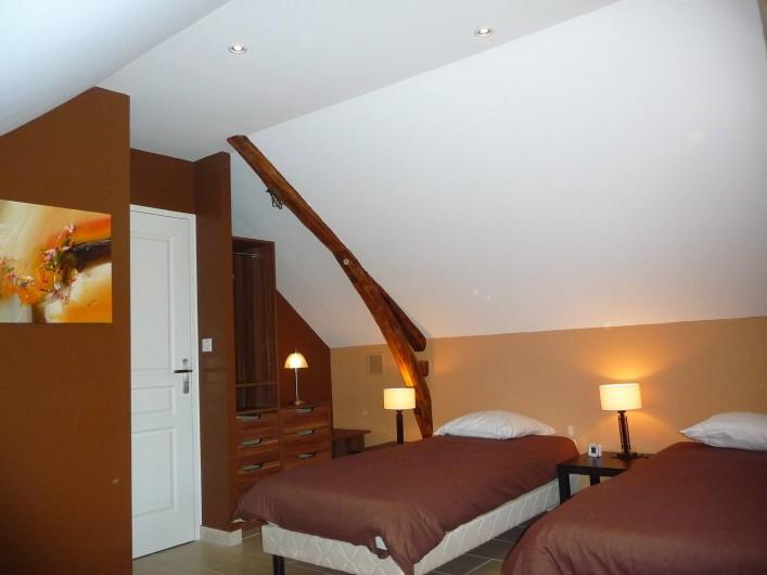 Location de vacances - Villa à Cahors - Chambre avec 2 lits en 90, TV, DVD , jeux pour les enfants .