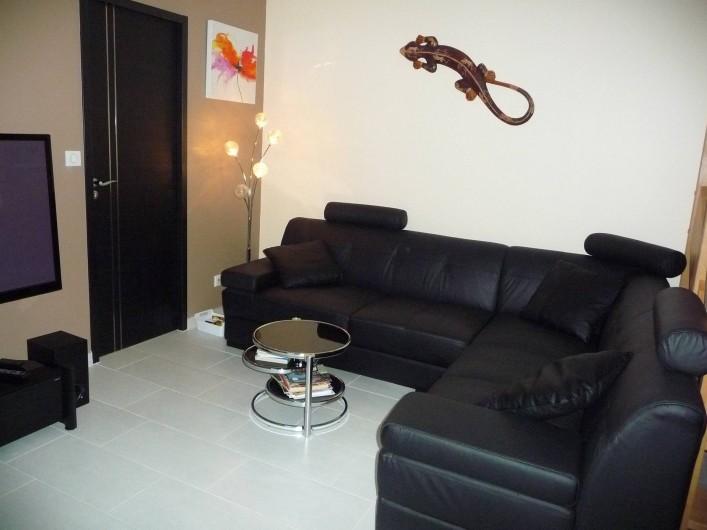 Location de vacances - Villa à Cahors - Salon avec canapé d'angle, grande tv, dvd.