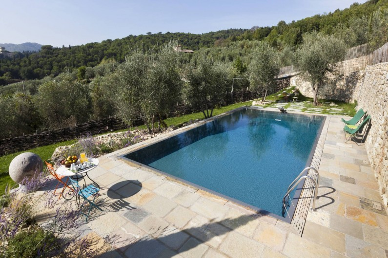 Location de vacances - Villa à San Donato In Collina - Piscine vu de la cour