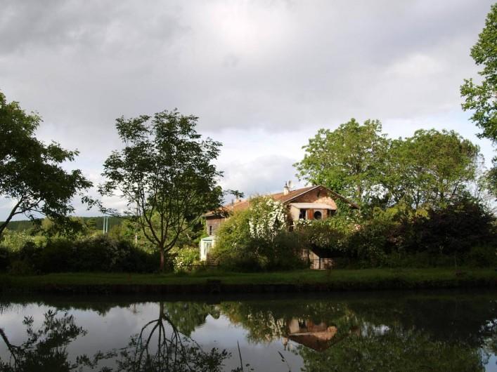 Location de vacances - Gîte à Meilhan-sur-Garonne - Vue générale du batiment depuis le canal