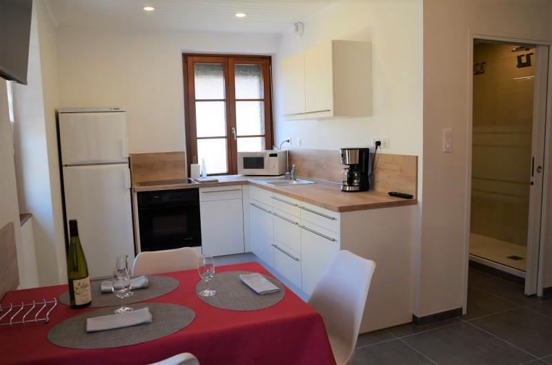 """Location de vacances - Gîte à Orschwiller - """"Charlotte"""" cuisine  plaque et four électrique lave vaisselles Réfrigérateur"""