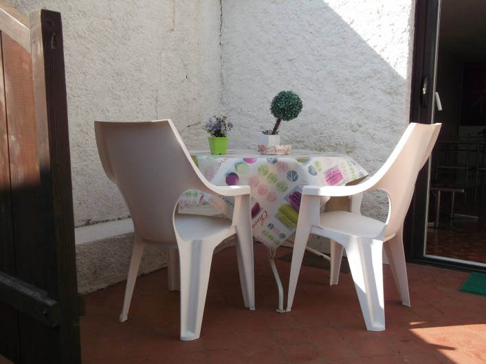Location de vacances - Studio à Mandelieu-la-Napoule - terrasse avec salon de jardin