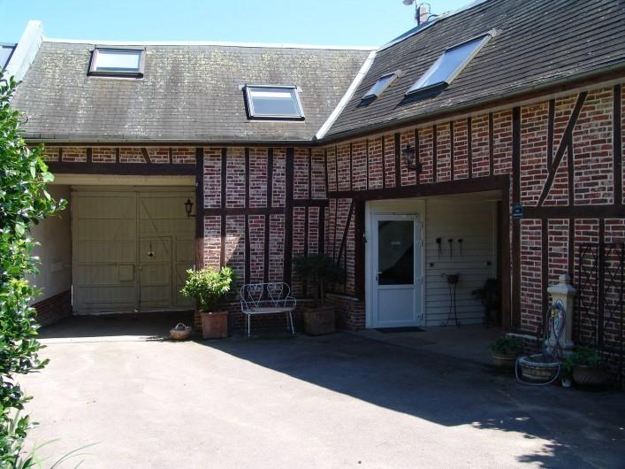 Location de vacances - Chambre d'hôtes à Acheux-en-Amiénois - Entrée Gîte et Chambre d'hôtes Etage avec parking fermé