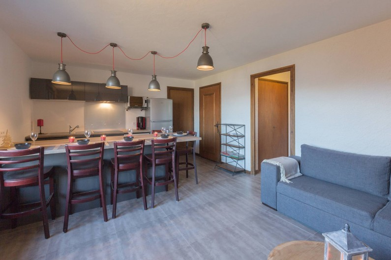 Location de vacances - Appartement à Combloux - salon avec vue sur le coin cuisine