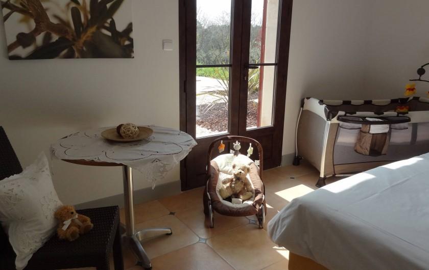 Location de vacances - Villa à Uzès - Room with baby bed