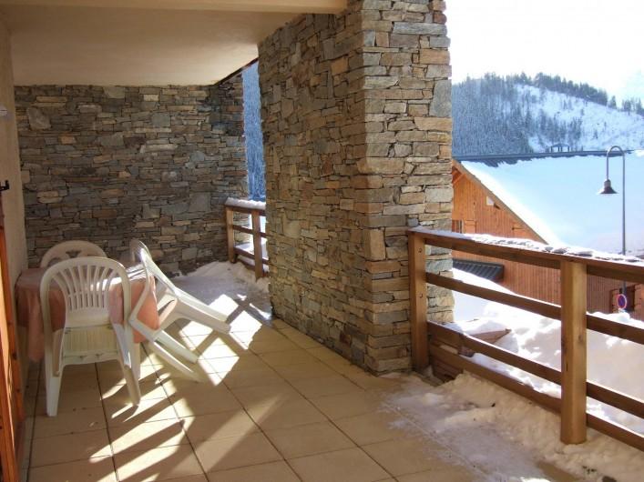 Location de vacances - Appartement à Oz - coté sud ouest de la terrasse, couverte, elle donne accès au local ski/vélos