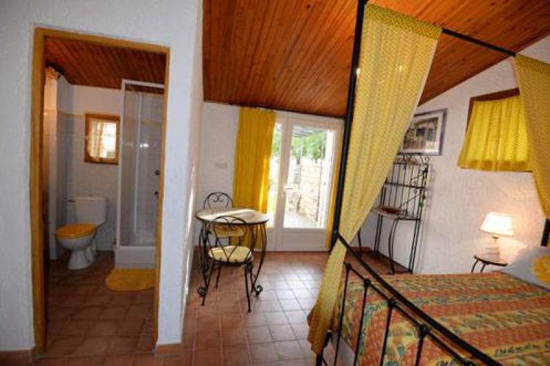 Location de vacances - Chambre d'hôtes à Apt - ch  TOURNESOL 76  euros 2 pers lit 140 entrée indépendante