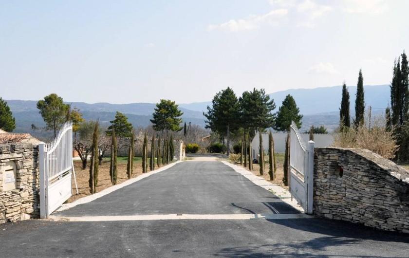 Location de vacances - Chambre d'hôtes à Apt - entrée de la propriété a 3km du centre ville d'APT