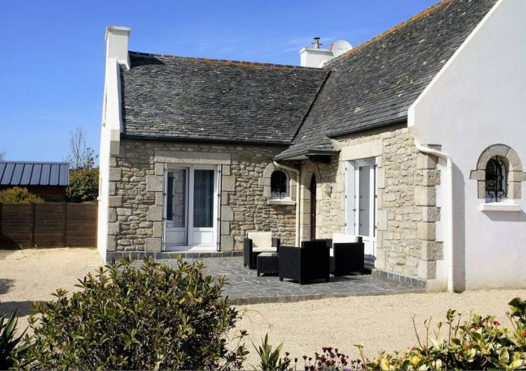 Location de vacances - Maison - Villa à Roscoff - façade de la maison et sa terrasse en ardoise